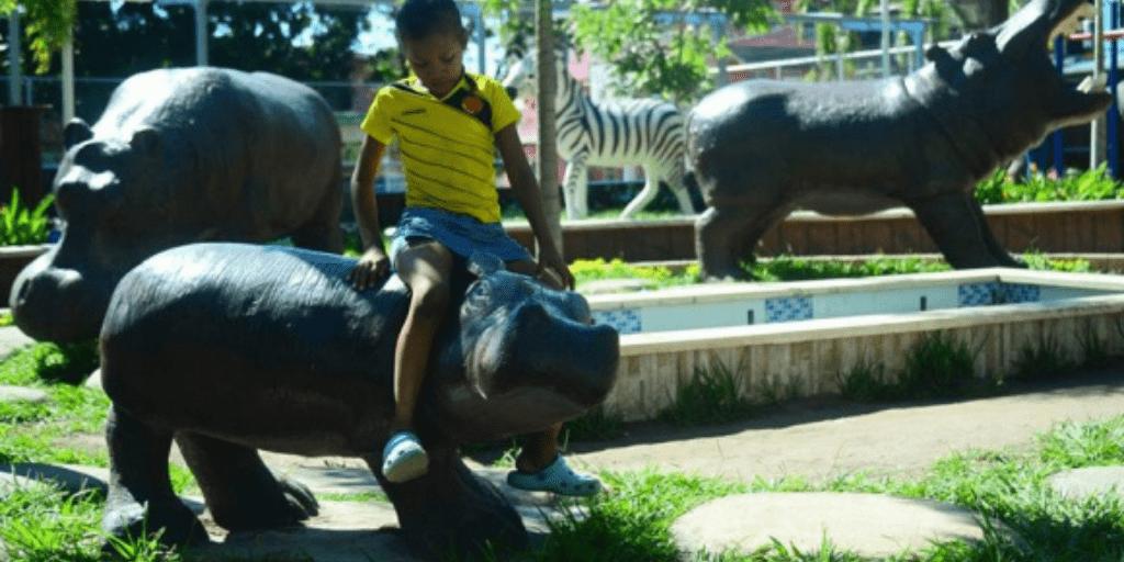 Niño en monumento a los hipopótamos en Doradal, Antioquia. Foto : AFP