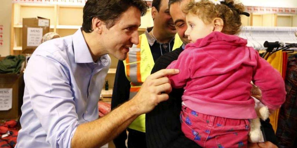 Los refugiados sirios son recibidos por el Primer Ministro de Canadá Justin Trudeau (izquierda) a su llegada al Aeropuerto Internacional Toronto Pearson. © REUTERS/M.Blinch