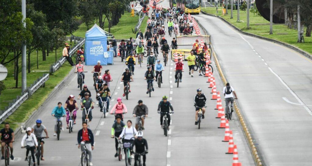 """""""Bogotá lleva décadas promoviendo exitosamente la bicicleta, desde los años 70, pero no ha puesto el mismo ahínco en salvaguardar la salud""""."""