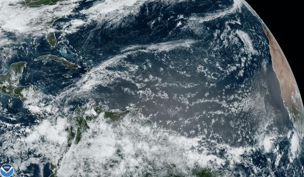 Ráfagas de nubes frente a África tienen el potencial de convertirse en tormentas tropicales. NOAA.