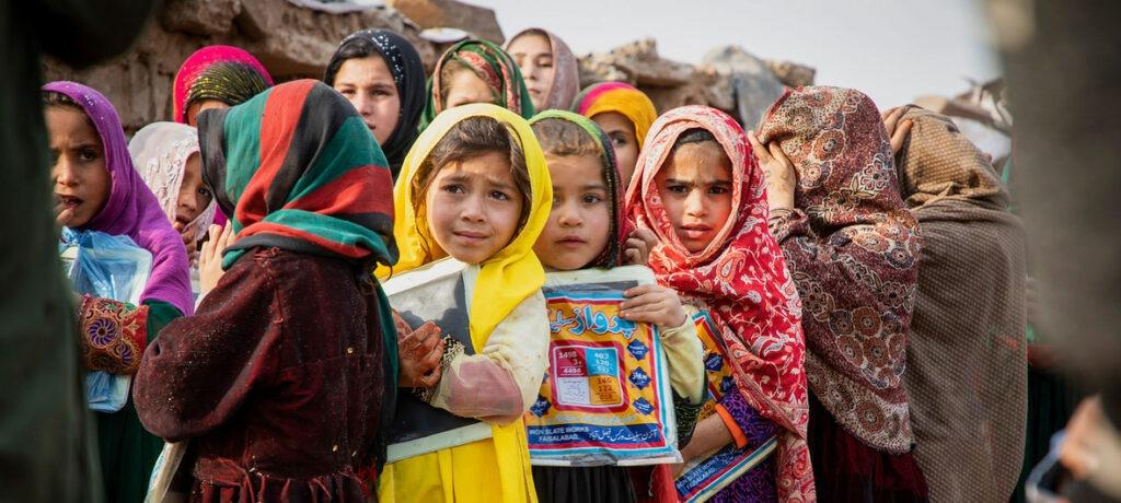 ACNUR/Roger Arnold Niños refugiados afganos frente a una escuela en Islamabad, Paquistán.